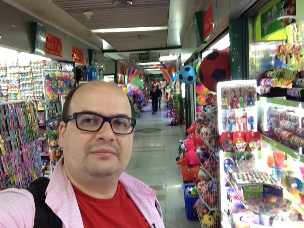 Rodrigo Giraldelli no Futian Market em Maio de 2015