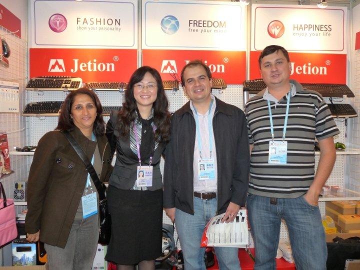 Rodrigo e Bella Chu na Canton Fair 2010, junto com outros dois clientes. Fátima e Fábio.