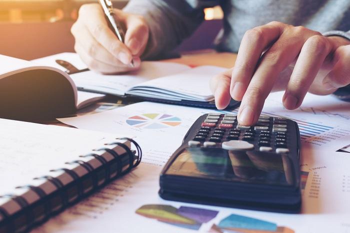 empreendedor calculando