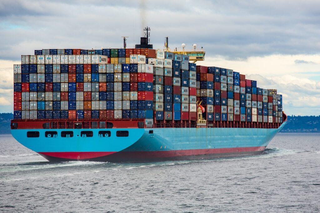 imagem mostra navio lotado de containeres, já navegando. E ilustrar uma das formas para importar da China