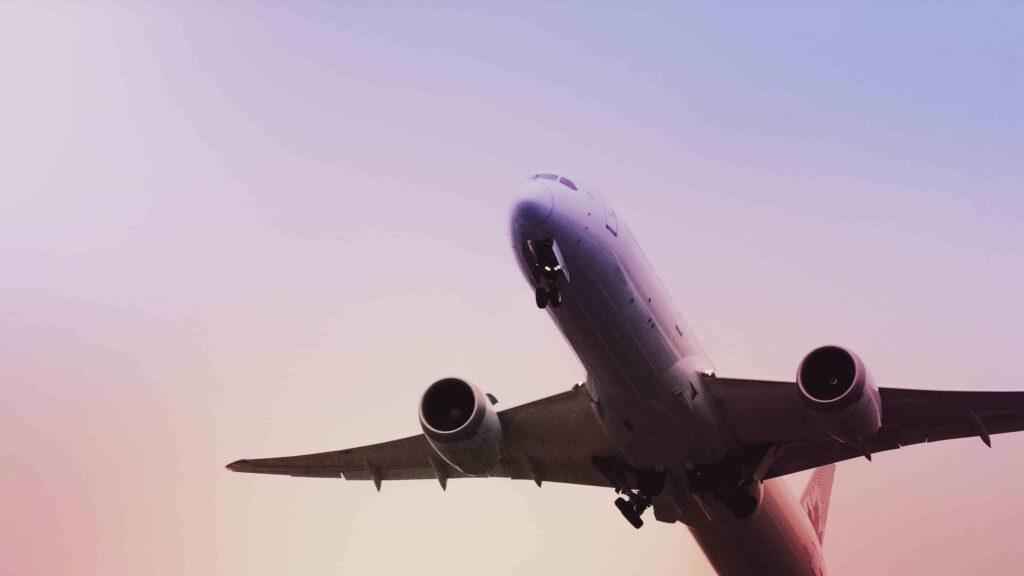 Imagem mostra avião em processo de decolagem. Podemos ver a parte inferior da aeronave, simulando importação da china por via aérea.
